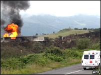 Una ambulancia camino al lugar de una explosi�n en gasoductos mexicanos en Veracruz.