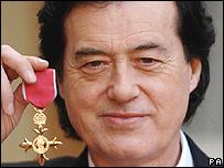 Jimmy Page tras recibir la Orden del Imperio Británico.