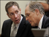 Warren Jeffs (L) talks with his attorney, Richard Wright, during a motion hearing before his trial (13.09.07) 