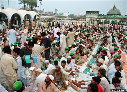 Muslim gather en masse to break their fast