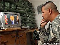 Un soldado de EE.UU. sigue en Irak el discurso de Bush por la TV