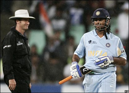 MS Dhoni shield his bat from the rain