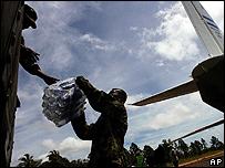Soldados nicaragüenses descargan botellas de agua en Puerto Cabezas, al norte del país