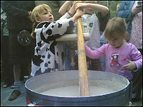 Children stirring the record-breaking bowl of porridge