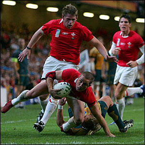 Shane Williams scores a late try for Wales