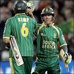 Justin Kemp (left) and AB de Villiers celebrate beating Bangladesh