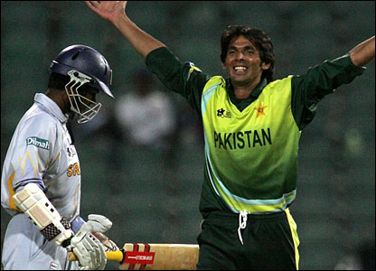 Asif celebrates as Tharanga trudges off