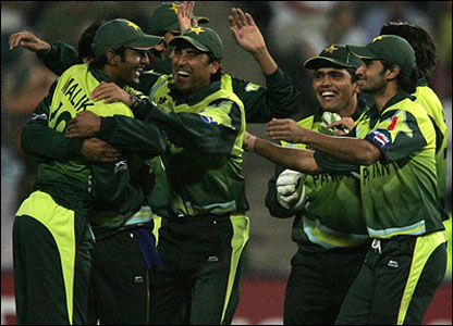 Pakistan celebrate a catch in the deep