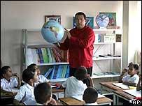 Chávez con alumnos de la escuela bolivariana Dr. José María Vargas