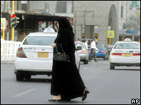 Two women cross the road in Jeddah, Saudi Arabia (17 September 2007)