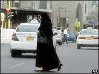 Two women cross the road in Jeddah, Saudi Arabia (17 September 2007)