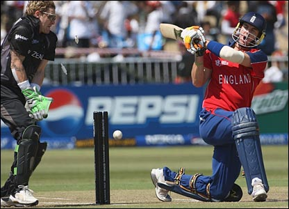 Kevin Pietersen is bowled by Daniel Vettori