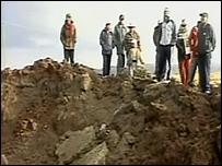 Curiosos y expertos en torno al cráter