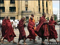 Buddhist monks march whilst chanting prayers and holy scriptures in Rangoon - 18/09/07 (Photo: Aung Hia Tun/Reuters)
