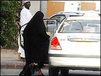 امرأة سعودية تستقل سيارة أجرة