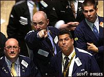Corredores de bolsa reaccionan al anuncio en Nueva York