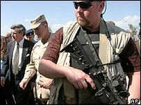 Paul Bremer con sus guardaespaldas privados