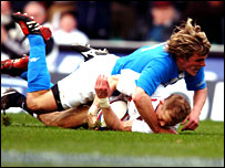 Josh Lewsey scores a try against Italy in 2003