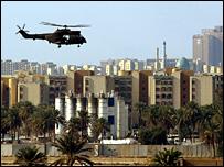 هليكوبتر تطير فوق المنطقة الخضراء ببغداد