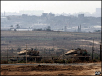 Israeli tanks observe the Gaza Strip from southern Israel (3 September 2007)