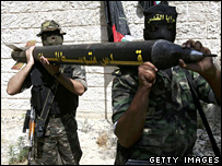 Palestinian militants in Gaza carrying a Qassam rocket (archive)