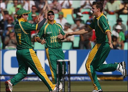 Morne Morkel (right) celebrates with AB De Villiers