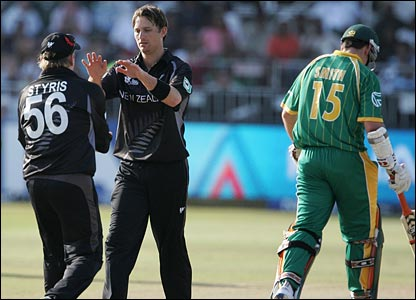 Shane Bond (centre) celebrates dismissing Graeme Smith (right) with Scott Styris