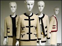 Самое характерное для костюма Шанель - это карманы, пуговицы и кайма.