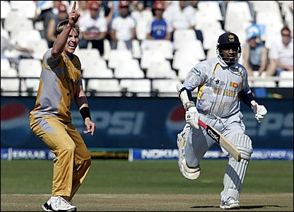 Brett Lee (left) successfully appeals for an lbw decision against Sanath Jayasuriya