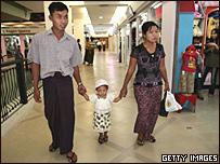 Una familia birmana en un nuevo centro comercial.