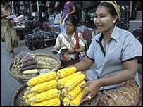 Vendedora ambulante en una calle de Rangún.