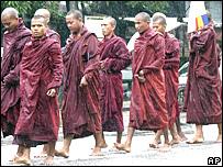 Monjes durante una manifestación en Rangún.