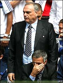 Avram Grant stands behind Jose Mourinho