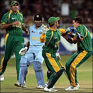South Africa's Mark Boucher (second right) and Morne Morkel chase the ball
