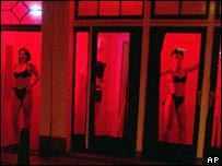 Проститутки в амстердамском квартале красных фонарей
