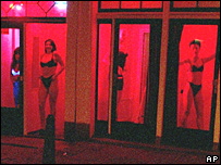 Prostitutas en escaparates de Amsterdam.