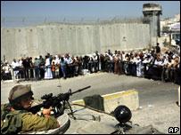 فلسطينيون أمام حاجز