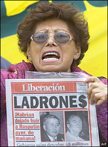 A demonstrator shouts holding a newspaper in Lima, Peru in November 2000 (file)
