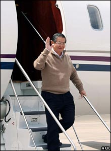 Alberto Fujimori waves as he arrives at the airport in Chile (file)