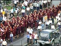 Monjes budistas manifestándose en Rangún, 21 de septiembre de 2007