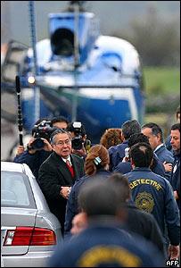 Alberto Fujimori antes de subir al helicóptero que le llevó al aeropuerto