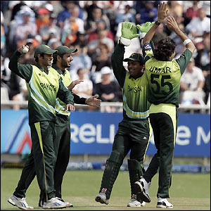 Pakistan's players celebrate the end of Styris