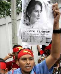 Manifestante birmano portando una foto de Aung San Suu Kyi