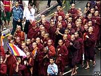 Monjes budistas manifestándose