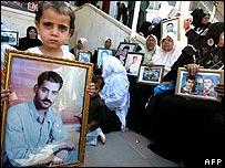 فلسطينيون يحمل صور ذويهم المساجين