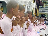 Buddhist nuns pray at the Shwedagon Pagoda (23 September 2007)