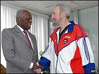El presidente angole�o Jose Eduardo Dos Santos saluda al mandatario cubano Fidel Castro