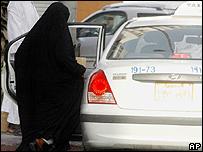 Una mujer subiéndose a un auto en Arabia Saudita