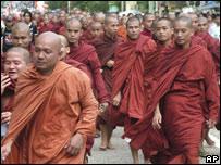 Monjes budistas marchan en Birmania