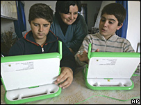 Franco y Lucas Scalabrino muestran sus computadoras XO a su mamá.
